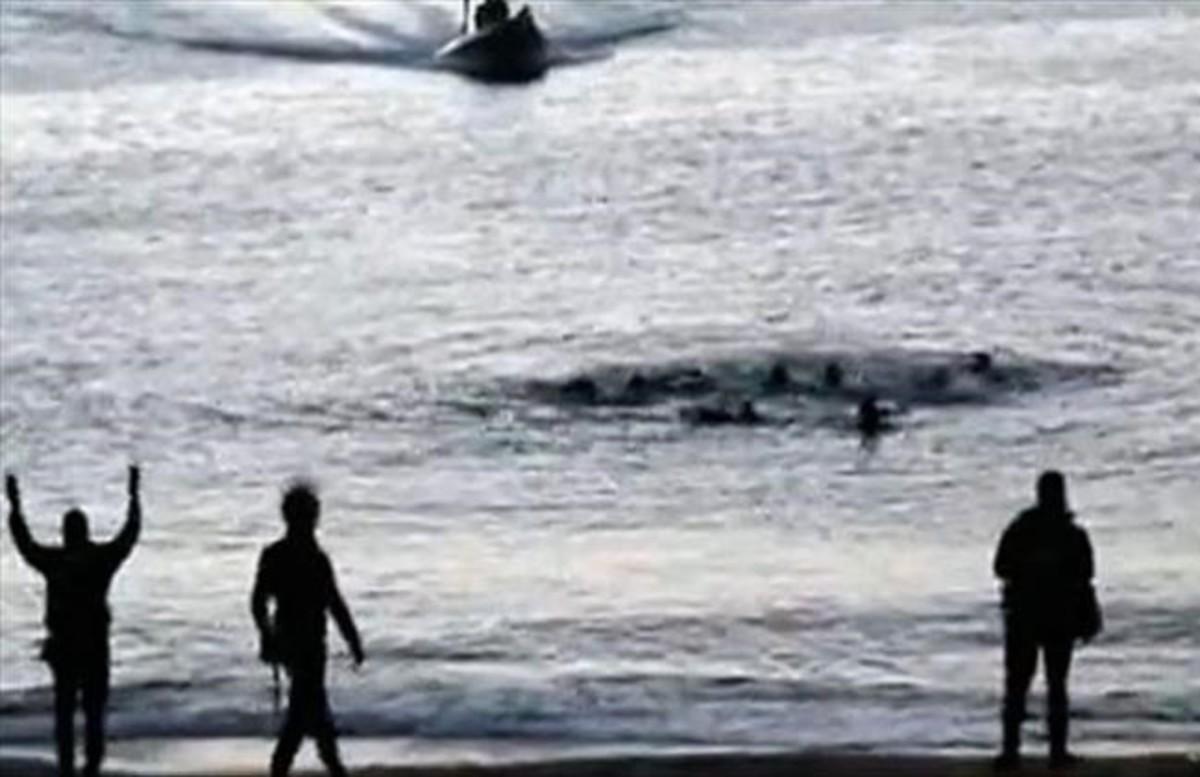Captura del vídeo donde se ve a efectivos de la Policia Nacional en febrero del 2014 en el perimetro fronterizo de la playa del Tarajal.