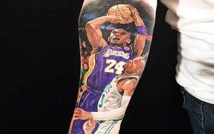 Un tatuaje con la figura de Kobe Bryant.
