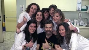 Pau Donés, rodeado de parte del equipo médico de Vall dHebron, en el documental Jarabe contra el cáncer.