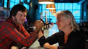 Teresa Reyes, propietaria del restaurante 'Margarita Blue' con su hijo Guillem en su baren Barcelona.