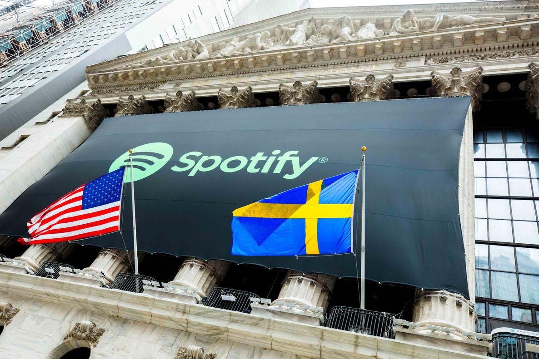 El logo de Spotify cuelga de la fachada de la Bolsa de NuevaYork entre la bandera de Estados Unidos y la Sueca, país en el que la plataforma número uno de música en internet fue fundada y tiene su sede.