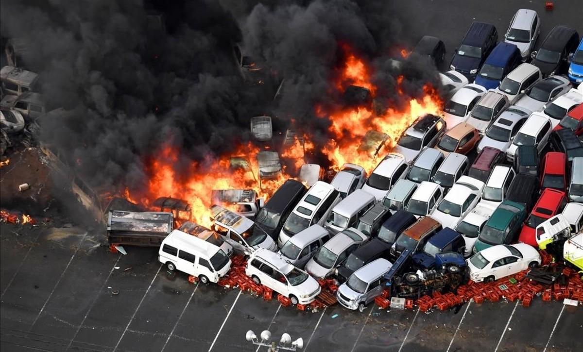 Incendio declarado en un depósito de coches tras el paso del tifón Jebi en Nishinomiya.