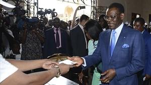El presidente de Guinea Ecuatorial,Teodoro Obiang Nguema, vota en las elecciones presidenciales del mes de abril del año pasado.