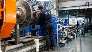 Trabajador en un taller mecánico.