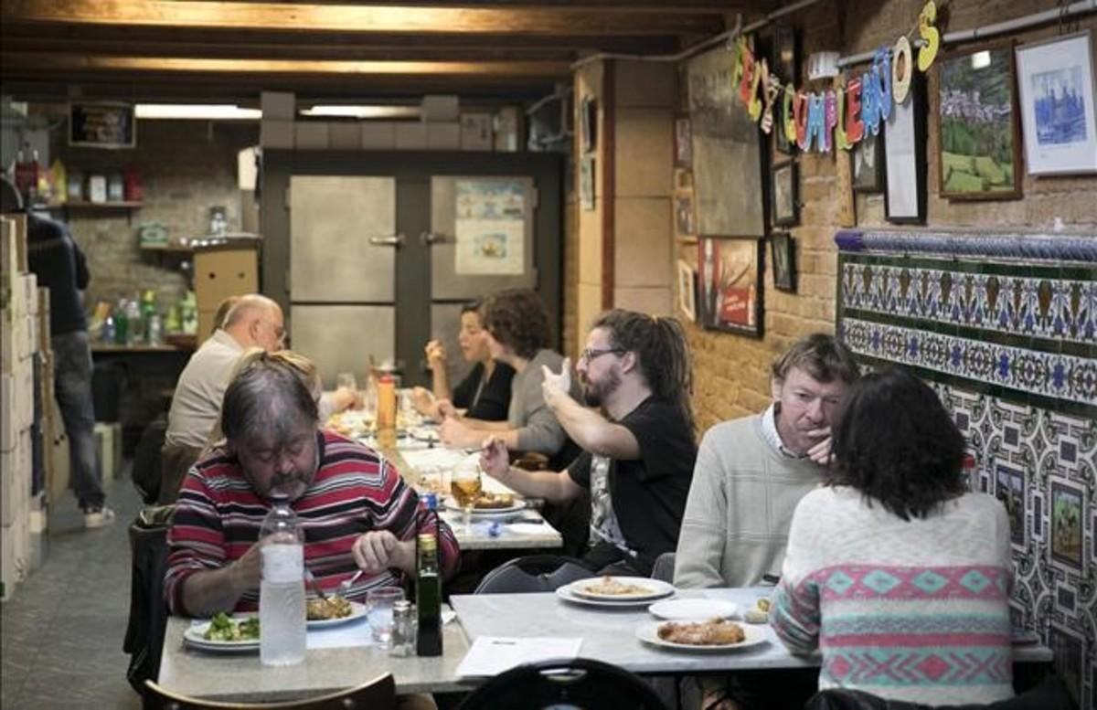La Bodega den Rafel, de la calle Manso, es el lugar de encuentro de los vecinos de Sant Antoni a la hora del aperitivo.