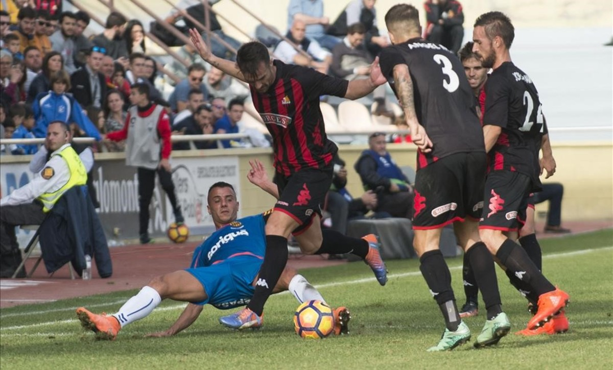 Una acción del partido entre el Reus y el Nàstic.