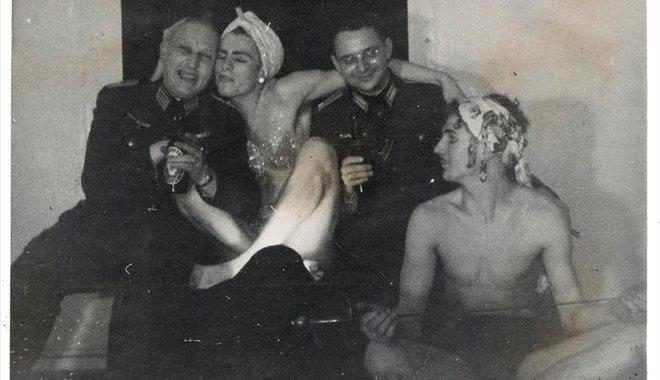 Una fiesta en la que se mezclaban los uniformes nazis con los disfraces de mujer.
