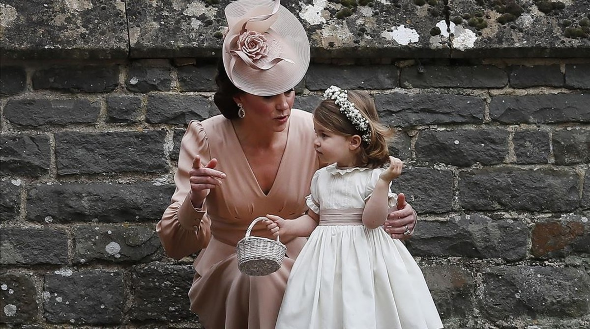 Catalina Middleton con su hija Carlota, en la boda de Pippa Middleton yJames Matthews, el pasado 20 de mayo.