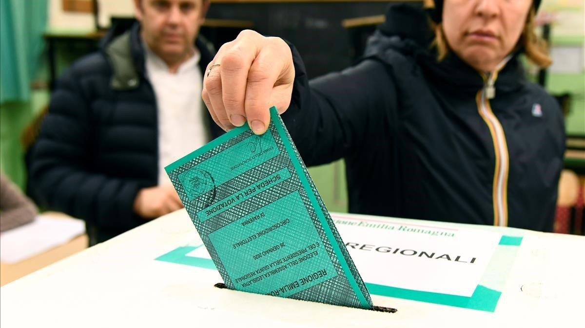 Una mujer deposita su voto en las elecciones de este domingo en Emilia Romaña.