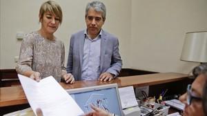Los diputados de PDC Lourdes Ciuró y Francesc Homs en el registro este miércoles de la solicitud de comparecencia de Mariano Rajoy