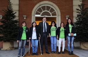 Rajoy, en Moncloa, con representantes de las camareras de piso.