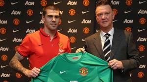 Valdés y Van Gaal, el día del fichaje por el Manchester United.