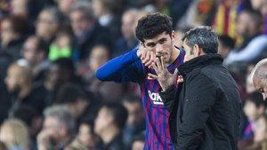 Valverde conversa con Aleñá antes de que entrara en el partido contra el Villarreal.