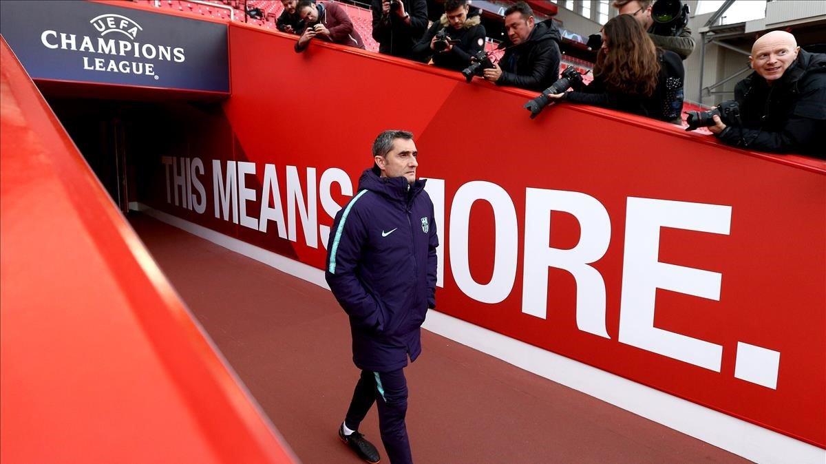 Valverde entra en Anfield para dirigir el último entrenamiento del Barça.