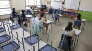 Varios alumnos de sexto de Primaria del Institut Escola Antaviana de Barcelona, con mascarillas y distanciados, atienden las explicaciones de una profesora, el pasado 15 de junio.