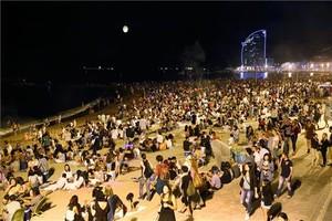 Celebración de la verbena de Sant Joan 2018 en la playa de la Barceloneta.