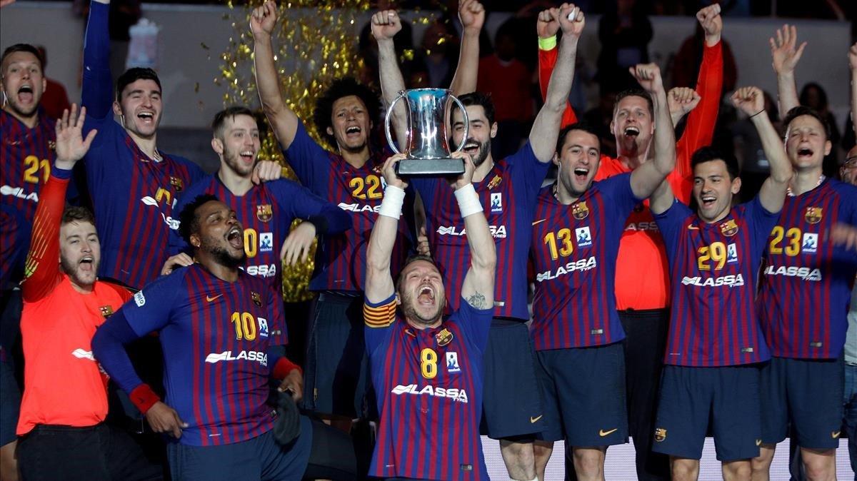 Víctor Tomàs alza ante sus compañeros la Copa del Rey.