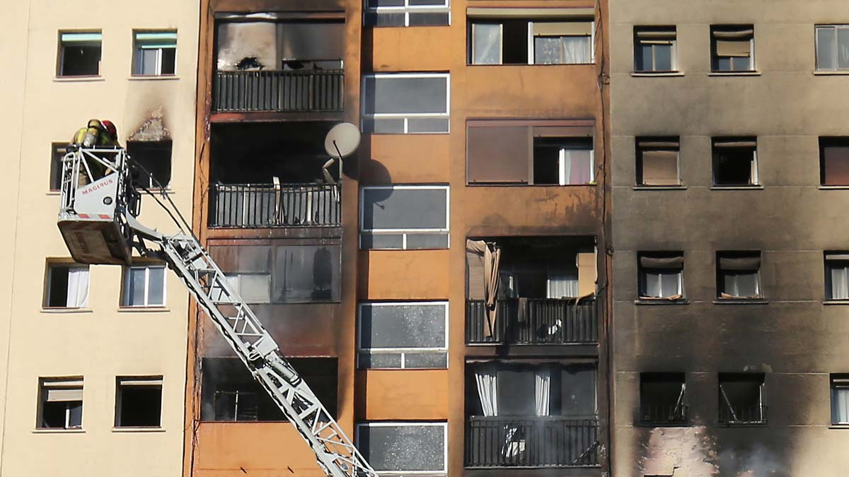 Vídeo del incendio en el edificio de Sant Roc (Badalona) y del rescate de algunos vecinos.