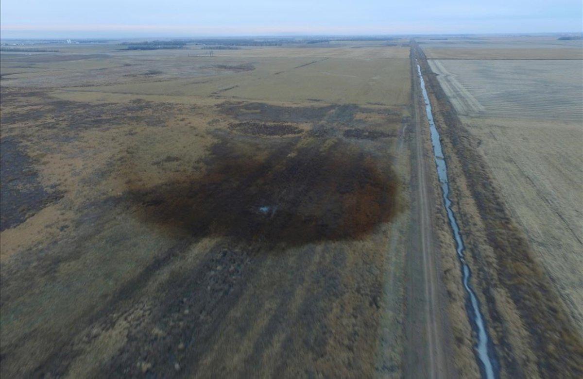 Vista aérea en la que se aprecia un derrame de petróleo que obligó a cerrar la parte construida del oleoducto Keystone XL el año pasado en Dakota del Sur, EEUU.