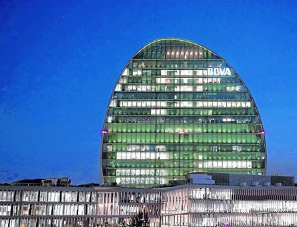 Vista de la fachada del edificio principal de la sede del BBVA en Madrid.