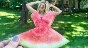 #WatermelonDress, el reto que consiste en ponerse una sandía como vestido gracias a la perspectiva.