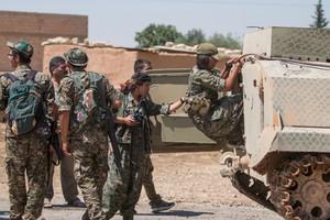 Milicianos kurdos en las calles de Tel Abiad.