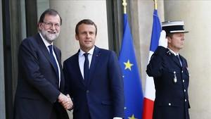 El presidente de Francia Emmanuel Macronrecibe al presidente españolMariano Rajoy a su llegada en el Palacio del Elíseo este lunes