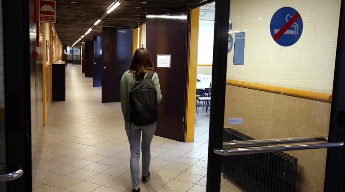 Una joven camina por uno de los pasillos del edificio de Migdia de la facultad de Educación de la UB, en el campus Mundet.