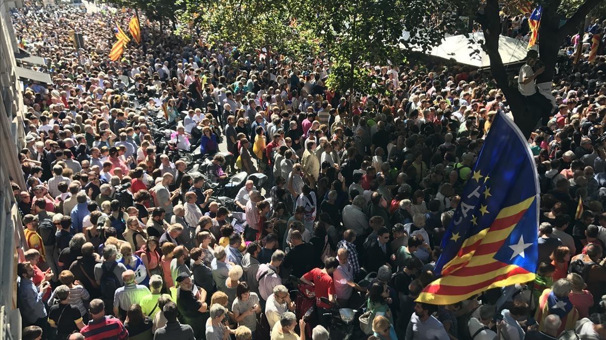 zentauroepp40197066 la rambla de catalunya repleta de gente protestando co170920162541