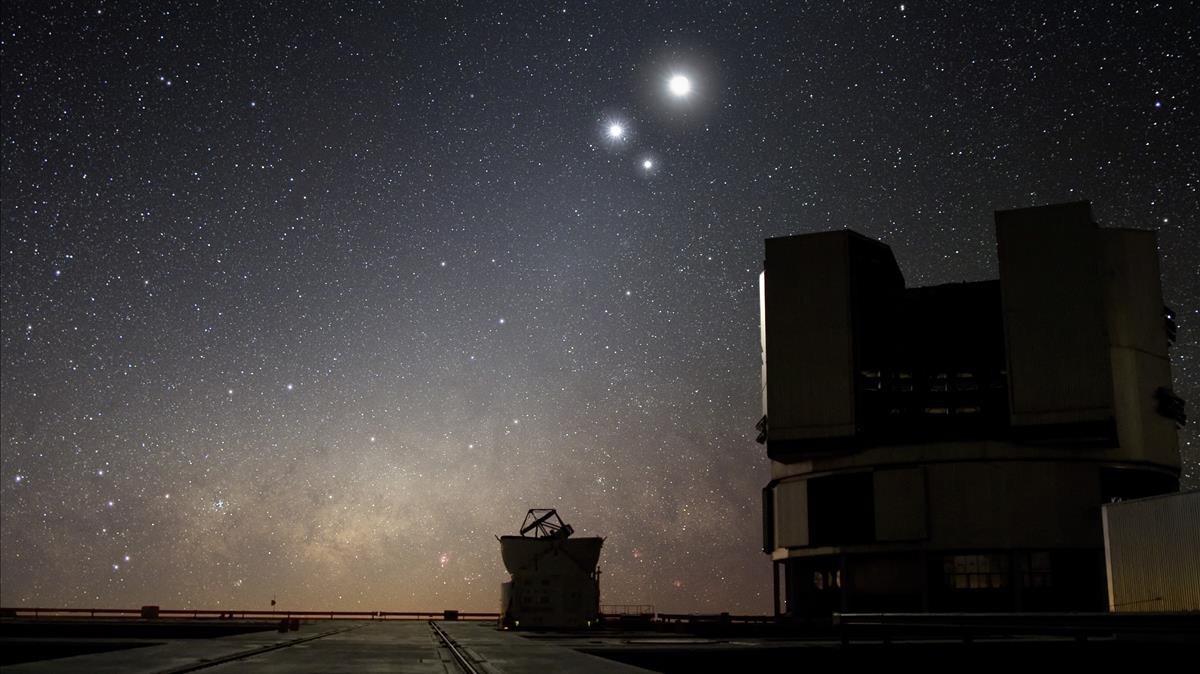 El Very Large Telescope (VLT)en el desierto de Atacama (Chile) es uno de los telescopio que se ha observado una supuesta colision de dos estrellas de neutrones en Agostoen la galaxia NGC 4993.