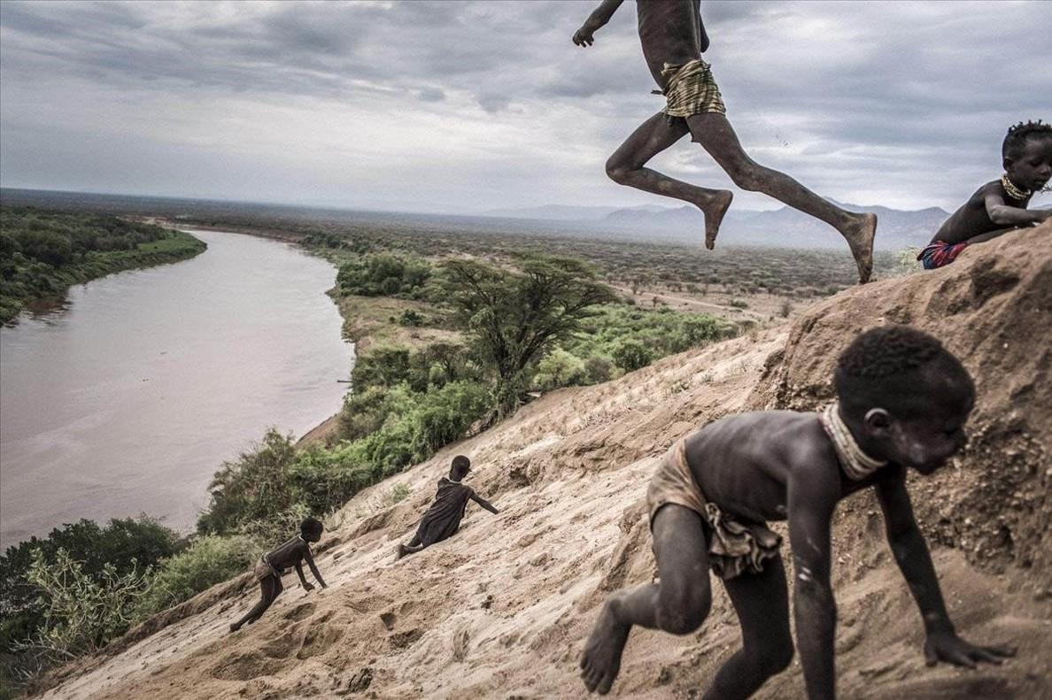 Niños de la tribu Karo de Etiopía juegando en la orilladel río Omo, su fuente de sustento.