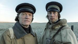 Jared Harris y Tobias Menzies, caracterizados como el capitán Francis Crozier y el oficial James Fitz-James.