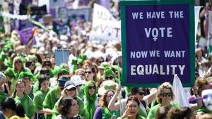 Momento de la manifestación por el centenario del sufragio femenino, a su paso por Picadilly, este domingo en Londres.