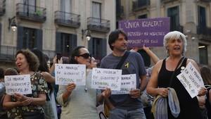 Protesta en la plaza de Sant Jaume contra la decisión judicial, este jueves en Barcelona.