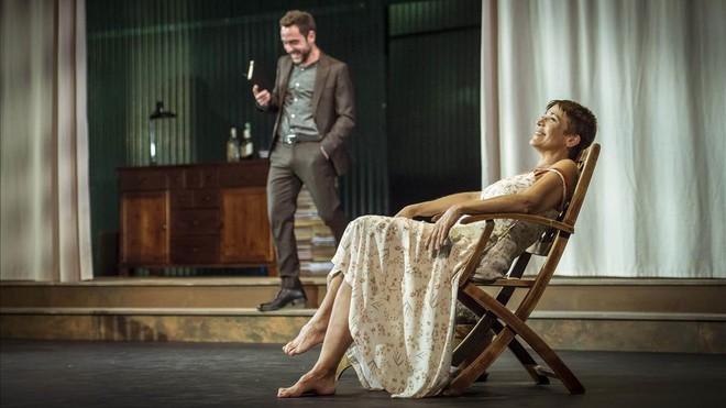 Eduard Buch y Emma Vilarasau, en una escena de 'La resposta'.