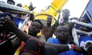 El barco militar italiano con 177 inmigrantes atracará en Catania