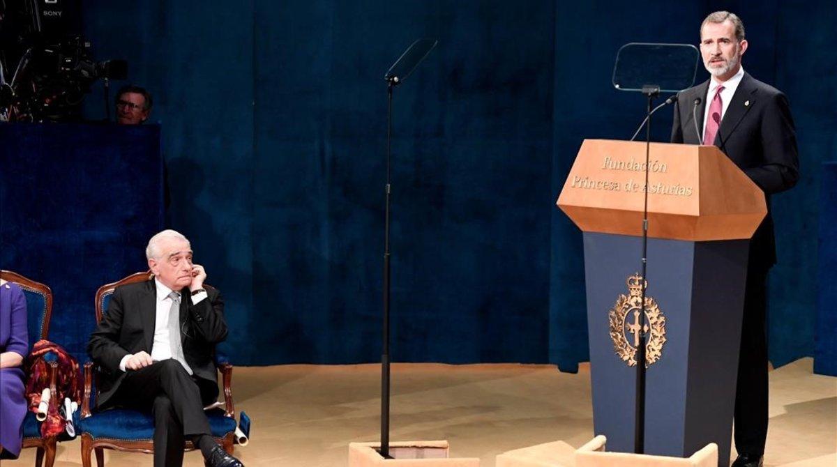 El rey de España durante su discurso y a pocos metros el cineasta Martin Scorsese.