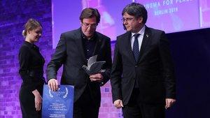 El expresidente catalan Carles Puigdemont entrega el premio aÁlvaro Longoria, director del documental 'Dos Cataluñas'.