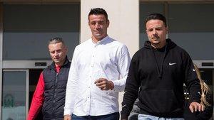 David Serrano, en el centro, a la salida de los juzgados de Málaga, tras prestar declaración.