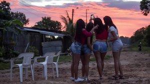 Cuatro prostitutas venezolanas se hacen un selfi en la localidad de Calamar, en Colombia.