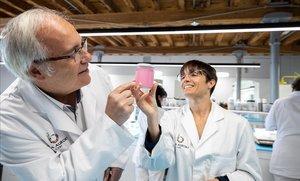 Jordi Segura y Anna Farréen el Laboratorio de la empresa de cosmética Bella Aurora