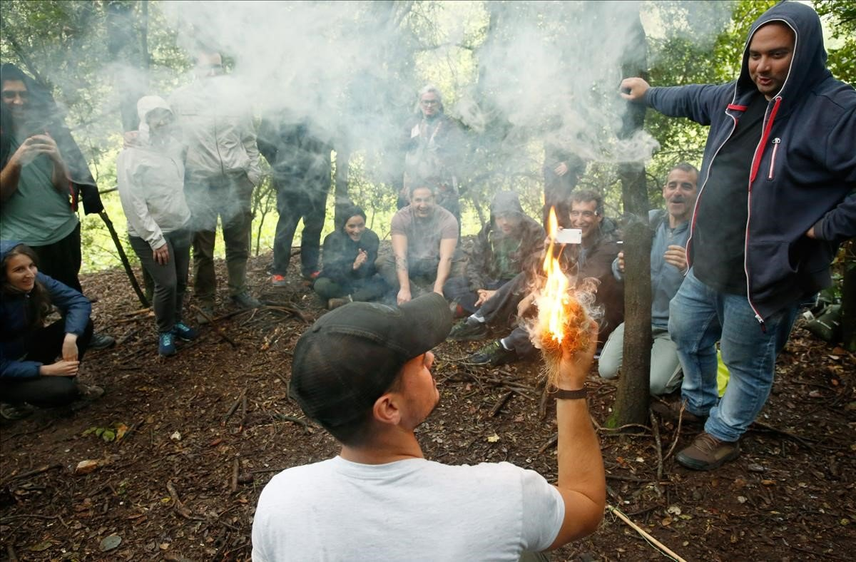 Albert Vila, el instructor de PlayD Survival, enseña a hacer fuego durante un curso de supervivencia de 3 horas.