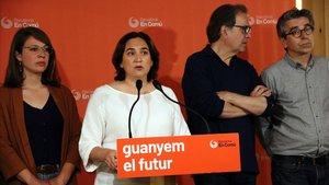 Colau comparece junto con Janet Sanz, Joan Subirats y Jordi Martí, este lunes.