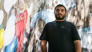 El muralista de Mataró,Mohamed L'Ghacham, delante de su obra en el Centre Cívic de Rocafonda.
