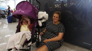 Zara Hepplewhite acuna a su bebé en el aeropuerto de Son Sant Joan.