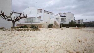 Calles de Llançà cubiertas de espuma blanca del mar.