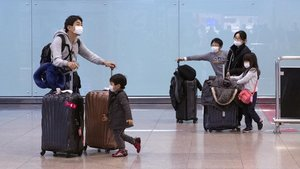 Pasajeros llegados al aeropuerto de El Prat .