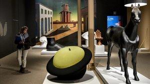La silla 'MAgriTTA', de Roberto Matta, y la 'Lámpara de caballo', del colectivo Front, expuestas en el CaixaForum.