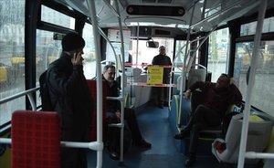 Interior de uno de los buses 'refugio' para conductores y conductoras con turno partido