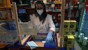 Las farmacias reparten una mascarilla, de la Generalitat, por persona con tarjeta sanitaria.